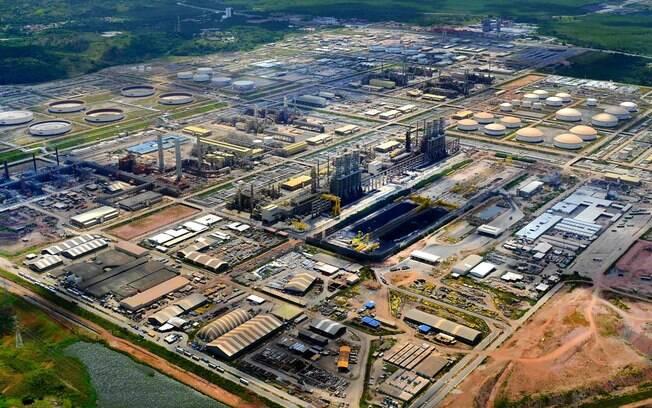 O preço da gasolina nas refinarias são de aproximadamente um terço do preço pago pelo consumidor nos postos