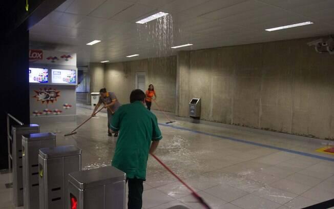 Funcionários secam a estação República após água da chuva invadir local