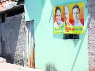 Presença. Fotos e painéis de candidatos tucanos estão presentes em muitas casas nas favelas de BH