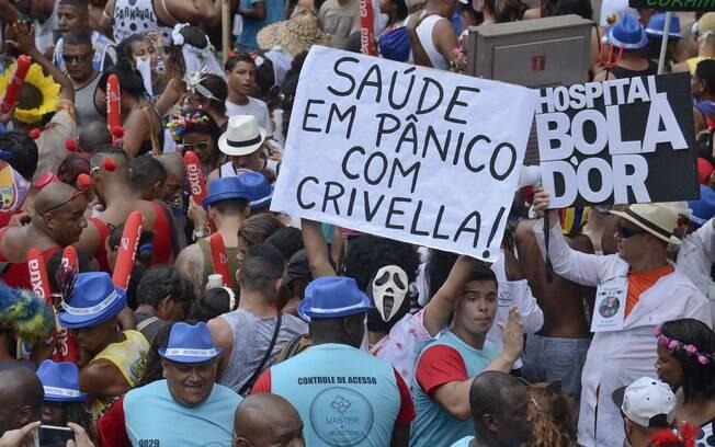 Cordão da Bola Preta tem muita folia e também cartazes em tom de protesto no carnaval carioca