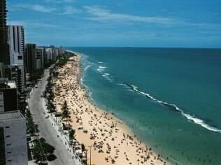 Praia de Boa Viagem, com seu mar esverdeado, domina a paisagem de Recife