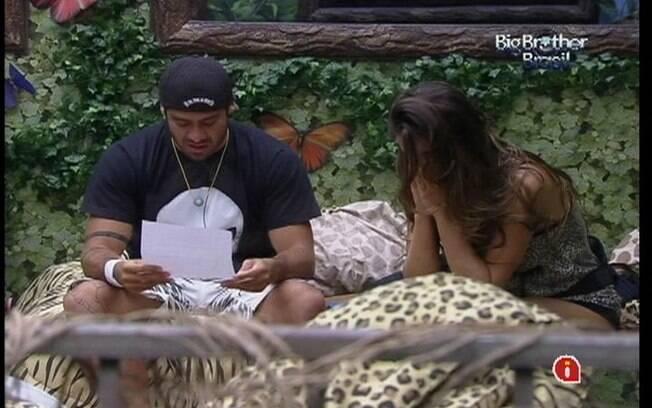 Laisa e Yuri se emocionam com a carta recebida