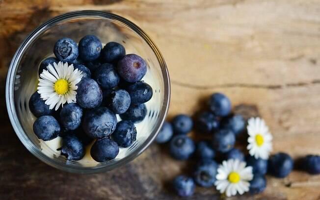 Mirtilo é rico em antioxidantes, vitaminas C e E, além de fibras
