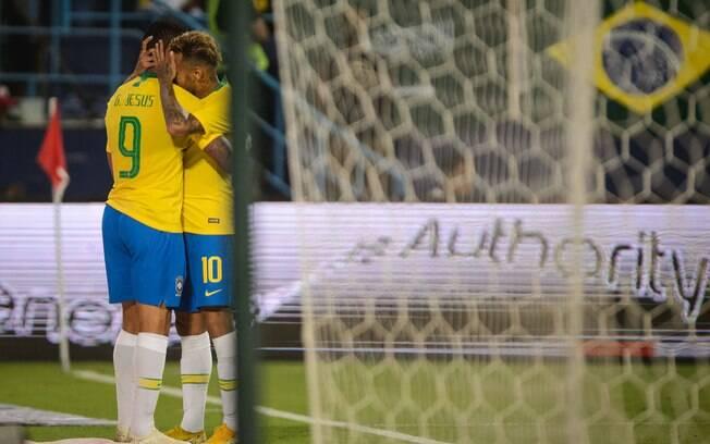 Gabriel Jesus e Neymar se abraçam após camisa 9 marcar gol do Brasil sobre Arábia Saudita com assistência do camisa 10