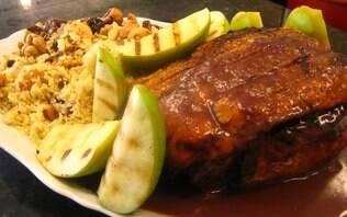Lombo de porco à pururuca com maçãs verdes grelhadas