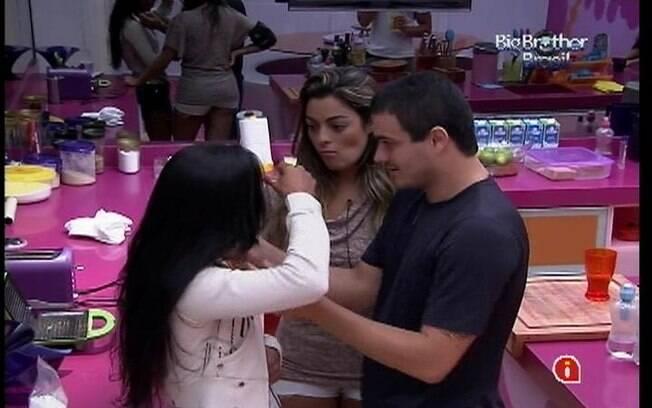 Monique e Rafa consolam Kelly