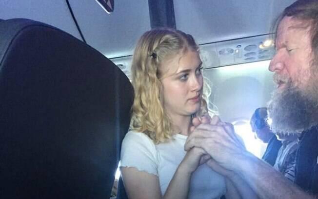 Clara Daly, que sabe a língua dos sinais tátil, prestou ajuda em avião a Tim, passageiro cego e surdo
