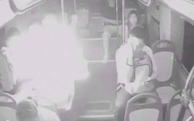 Nas imagens das câmeras de segurança, uma bola de fogo cobre o  rosto do rapaz após explosão do carregador portátil