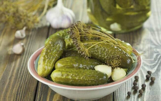 Alimentos em conserva, como picles, também podem aumentar acidez na boca. Foto: Thinkstock