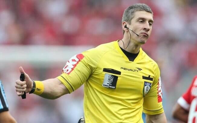 Anderson Daronco, o árbitro musculoso do futebol brasileiro