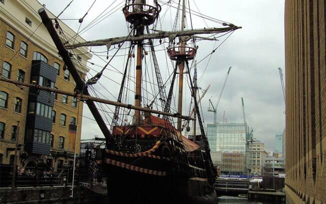 O Golden Hinde, próximo ao Tâmisa, é uma reprodução de um navio do século 16