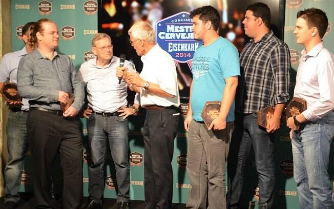 Os cinco finalistas (com placas na mão) do concurso