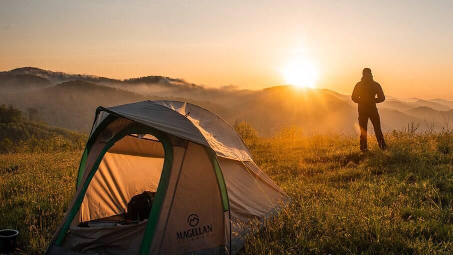 Acampar fora das áreas reservadas para isso é proibido no Brasil