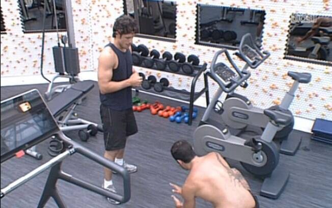 Yuri ensina golpes de Muay Thai para João Maurício