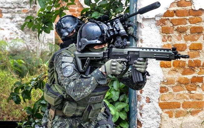 Enquanto um Policial do COE inicia sua progressão de terreno com seu rifle calibre 5.56, ele recebe cobertura de um atirador de elite que usa um rifle de longa distância calibre 7.62. Foto: Major PM Luis Augusto Pacheco Ambar