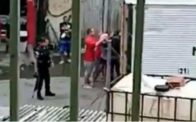 PMs agredindo mulher comerciante