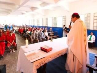 Dom Walmor Oliveira reinaugura capela dentro de penitenciária