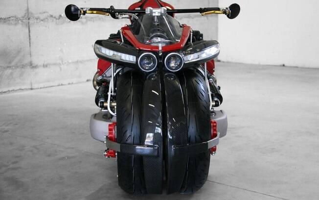 Repare na largura do guidão. Um absurdo como todo resto desta moto...