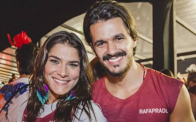 Priscila Fantin ao lado do namorado no desfile das escolas do Grupo Especial do carnaval de São Paulo