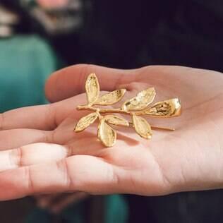 Para a lapela do noivo: ramo de arruda banhado a ouro promete afastar mau olhado