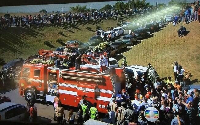 Corpo de Cristiano Araújo foi levado para cemitério em cortejo fúnebre que durou cerca de 40 minutos. Foto: Reprodução/TV Globo
