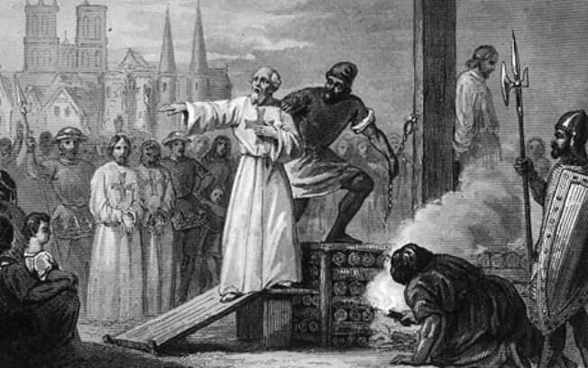 Jacques de Molay, grão-mestre templário, é levado à fogueira em Paris: a prisão de pessoas da ordem foi deflagrada numa sexta-feira 13
