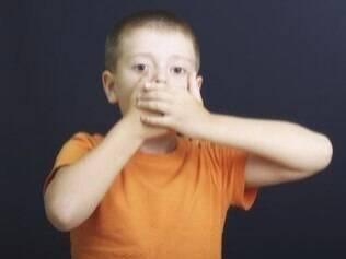 Chantagear os filhos na hora de tomar remédio nem sempre é a melhor saída