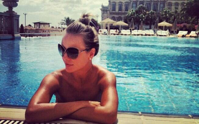 Famosos sJuliana Silveira posa na piscina de um hotel em Istambul