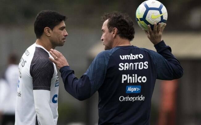 Volante Renato conversa com Cuca no treino do Santos