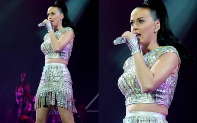 Roupa não favorece e Katy Perry deixa pneuzinho à mostra durante apresentação