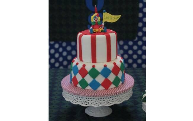 O bolo é decorado com formas geométricas e leva o nome da aniversariante. Um charme