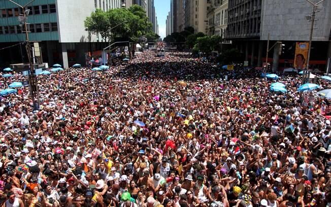 Multidão segue pela avenida Rio Branco atrás do Bola Preta no carnaval 2012