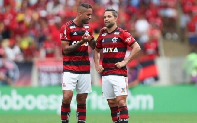 Rômulo com Diego no Flamengo. Volante não joga mais pelo clube rubro-negro