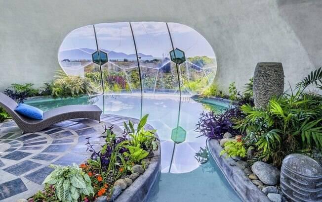 Uma piscina interna e um jardim tropical são um dos maiores atrativos da casa de praia