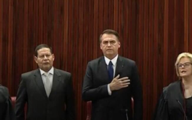 Jair Bolsonaro canta o hino nacional durante a diplomação