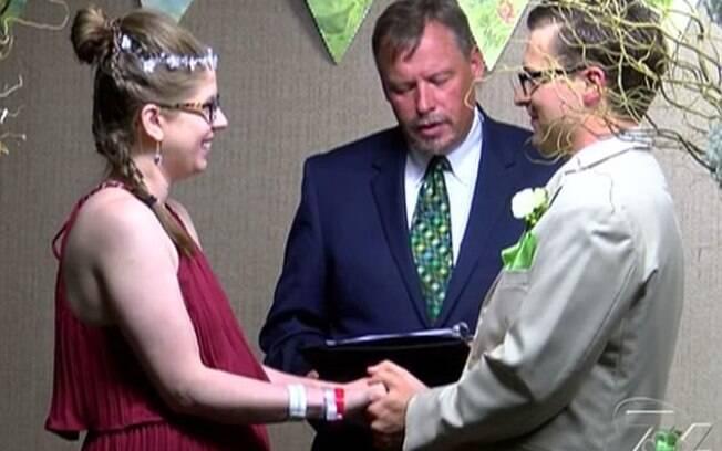 John conseguiu uma autorização para fazer a cerimônia na sala de conferências da maternidade