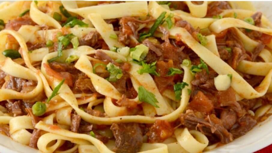 Experimente a receita de macarrão talharim com carne! É prático e uma delícia!