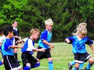 Crianças. Estimular meninos e meninas a correr, perseguir uns aos outros ou chutar bolas aumenta a capacidade de pensar