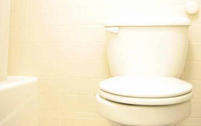 Banheiro é um dos lugares que mais tem germes, mas como passa frequentemente por limpeza, oferece menos riscos