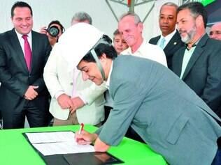 Oficial.  Assinatura da ordem de serviço reuniu vereadores e também deputados eleitos na cidade