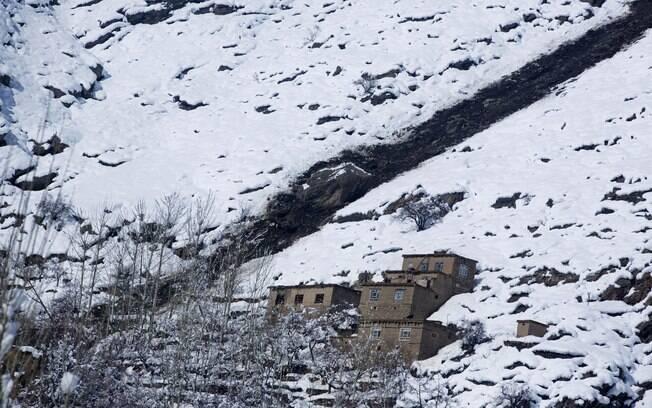 Casas ficaram debaixo de neve, após avalanches que atingem norte do Afeganistão