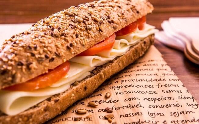 Pão integral pode levar diversos grãos como aveia, linhaça e mais