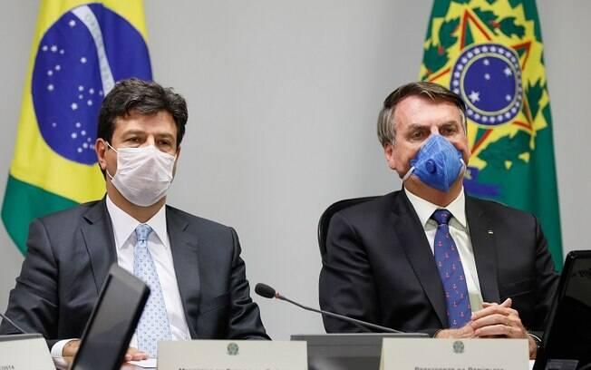 Jair Bolsonaro e Luiz Henrique usando máscaras de proteção em coletiva de imprensa