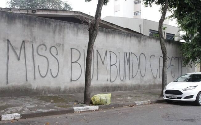 O muro da casa de Andressa Urach vandalizado