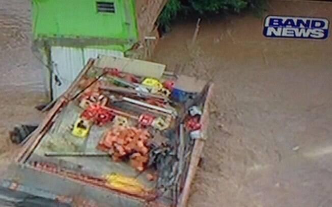 Casa é arrastada pela enxurrada em Santo André durante a chuva da tarde desta quarta-feira (24)