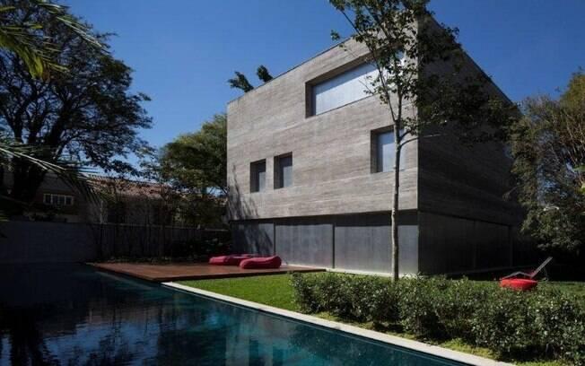 A premiada Casa Cubo traz a marcante estética brutalista usada com frequência pelo arquiteto Marcio Kogan