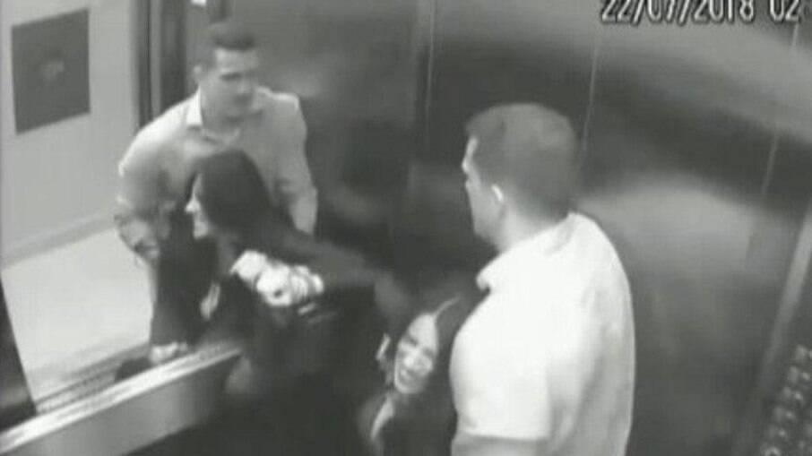 Momento em que Tatiane foi agredida dentro do elevador do prédio