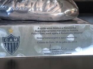 Base do Galo de Para dado a Ronaldinho tem dedicatória especial de Alexandre Kalil