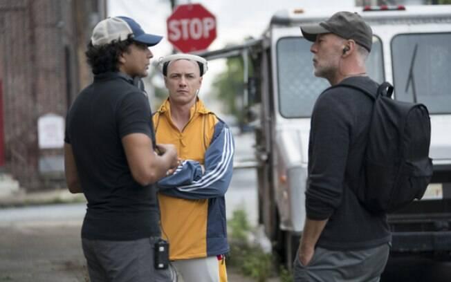 Shyamalan bate um papo com Willis e McAvoy em uma locação durante as filmagens de Vidro
