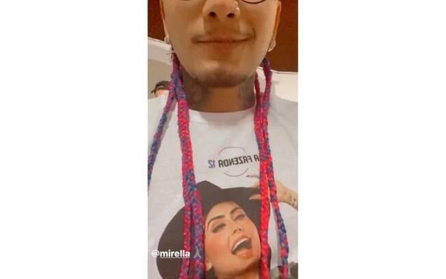 Dynho Alves com a camiseta de MC Mirella